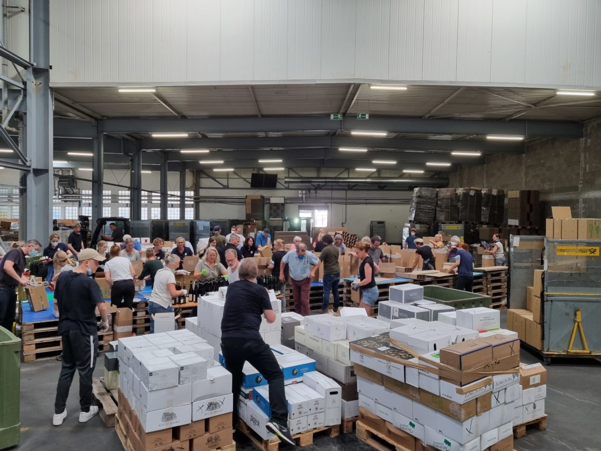 Beginning of August a further 140,00 donated wine bottles are packed for the solidarity-campaign. Wine producers from all over Europe are participating.
